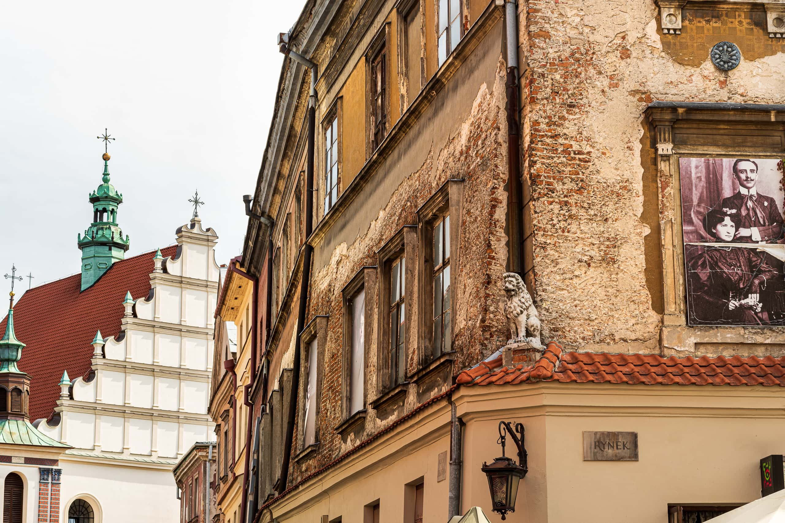 Interesting building decorations in the Old Town | f/8 1/125sec ISO-100 55mm  | ILCE-6500 | 2018-09-08 11:14:21